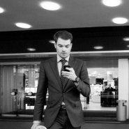 Mężczyzna w garniturze z telefonem
